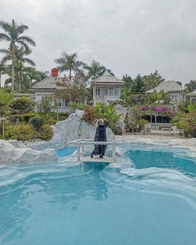 villa rumah putih